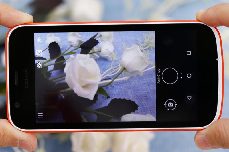 Camera trước và sau có độ phân giải là 5 MP và 2 MP smartphone giá rẻ